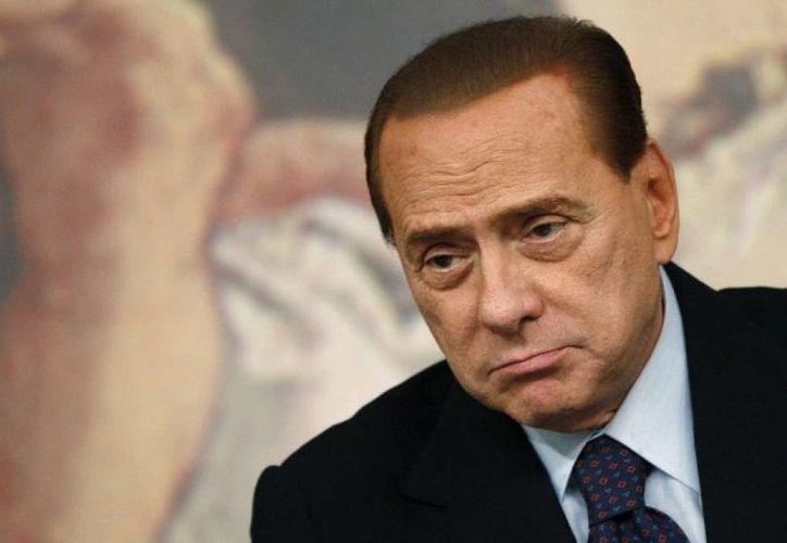 Silvio Berlusconi y a otros 17 de sus exmiembros han sido sentenciados en vía definitiva por diversos delitos.  Se le suspendieron los salarios vitalicios. (Archivo/AP)