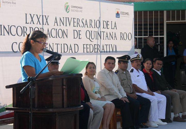 Las autoridades durante la ceremonia cívica en la isla. (Cortesía/SIPSE)