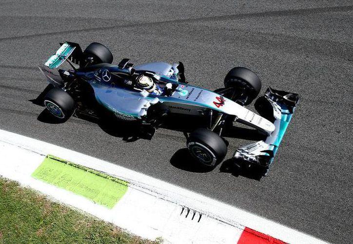 Lewis Hamilton (foto) logró su décima primera 'pole position' en la Fórmula 1. Sergio 'Checo' Pérez arrancará en 7o. (AP)