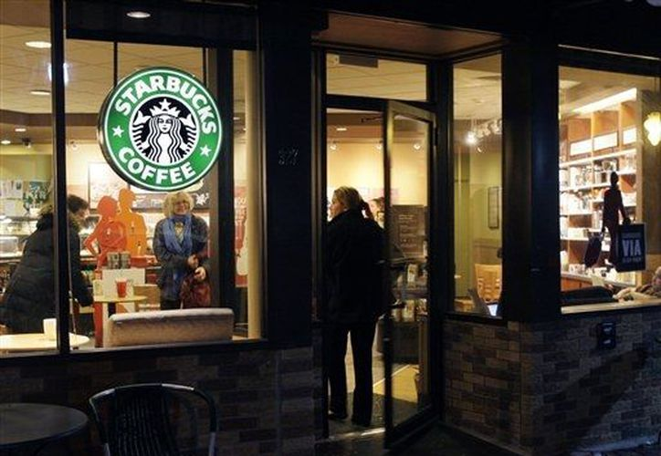 Starbucks podría mejorar su imagen como empresa socialmente consciente. (Agencias)