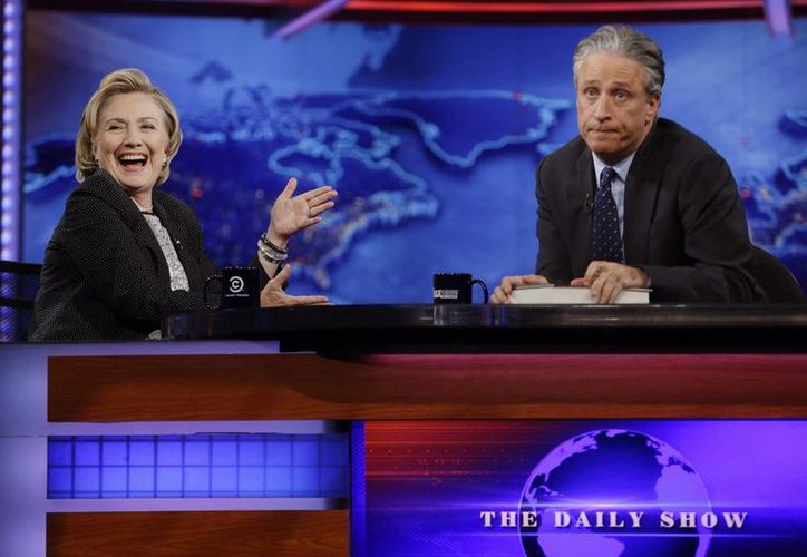 Jon Stewart se despide de 'The Daily Show' luego de 16 años, en la imagen se observa a Hillary Clinton y Jon durante una emisión del programa. (AP)
