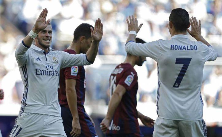Gareth Balle y Cristiano Ronaldo celebran el gol del Real Madrid ante el Eibar, en la Liga de España. (AP/Francisco Seco)
