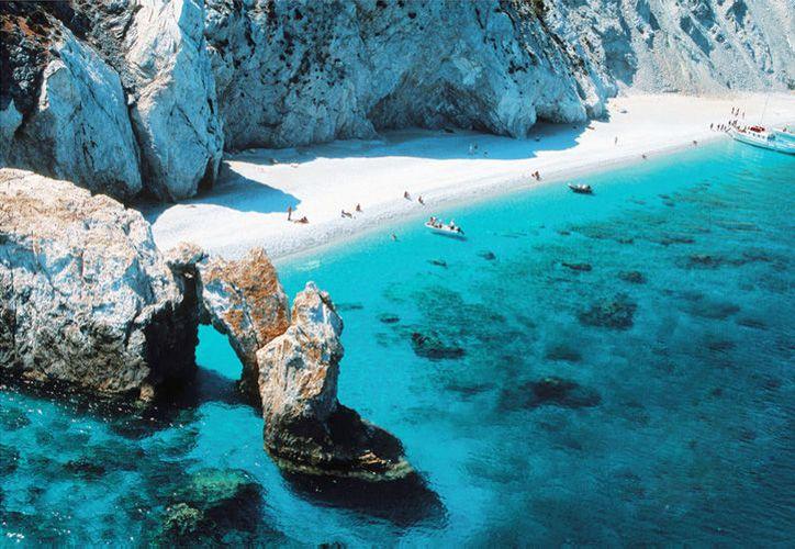 """La playa de Lalaria, en la isla griega Skiathos, se popularizó con la película """"Mamma Mía!""""  (guiaislasgriegas.es)"""