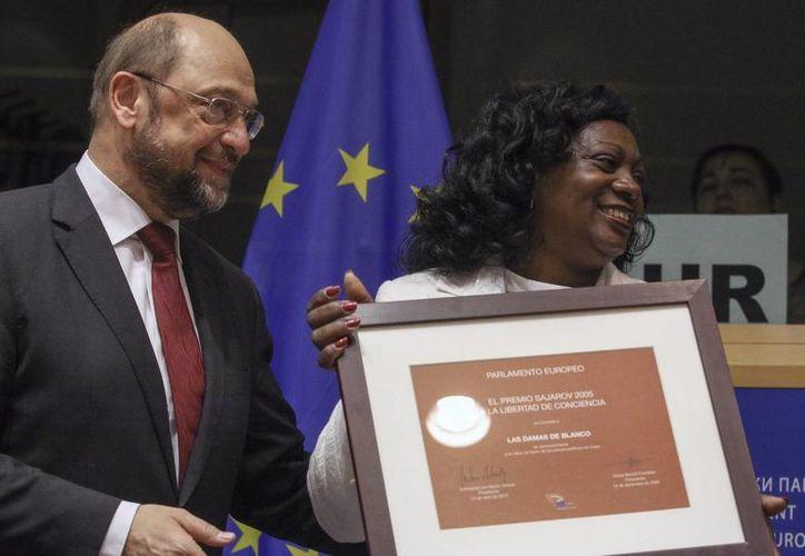 El presidente del Parlamento Europeo, Martin Schulz, y la presidenta de las Damas de Blanco, Berta de los Ángeles Soler Fernández,  durante ceremonia de la entrega del Premio Sajárov. (EFE)