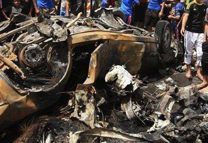 Escenario de un ataque dinamitero en Bagdad, Irak, que dejó docenas de muertos y heridos. (Agencias)