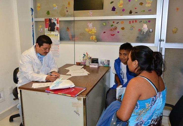 Autoridades del Hospital General recomiendan a las madres de familia mantener los líquidos de limpieza lejos de los niños. (Manuel Salazar/SIPSE)