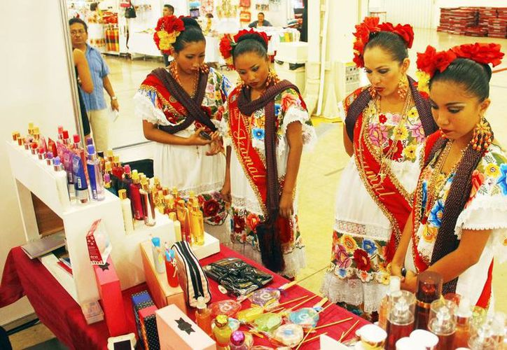 Empresarias yucatecas ofertan sus productos, en exhibición. (Milenio Novedades)