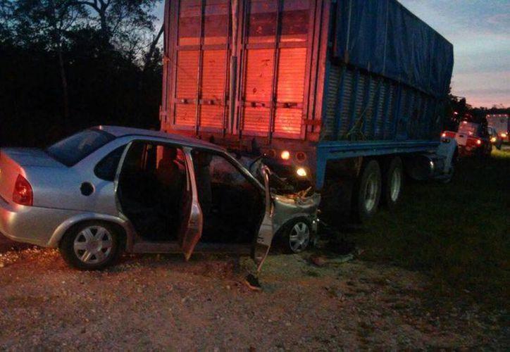 Un vehículo tipo Chevy se estrelló contra un trailer. (Redacción/SIPSE)