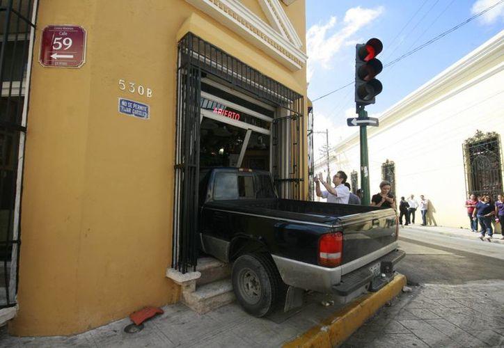 Dentro de una tienda de decoración terminó la camioneta Ranger. (Jorge Sosa/SIPSE)