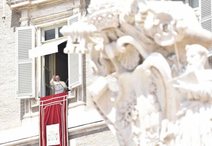 El papa Francisco pidió reconocer el invaluable aporte de la mujer a la vida cotidiana, iniciando con la familia. (EFE)