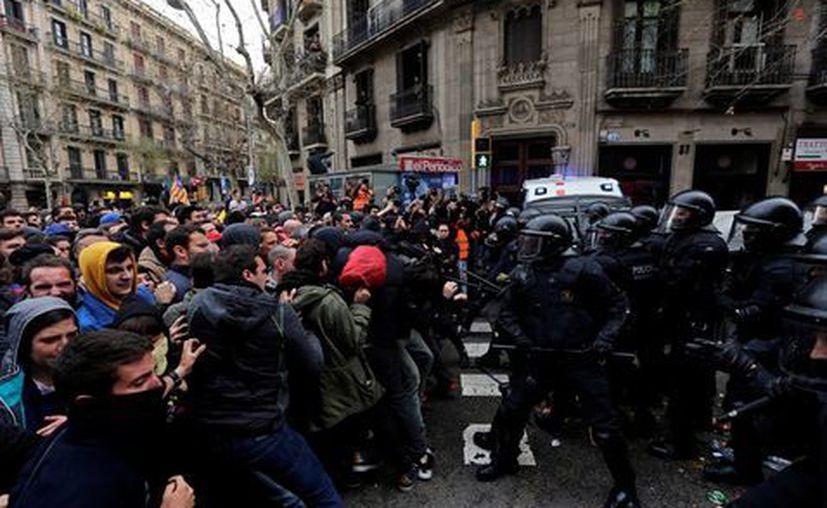 """La columna de manifestantes avanzó encabezada por una pancarta con el lema """"libertad presos políticos"""". (Milenio)"""
