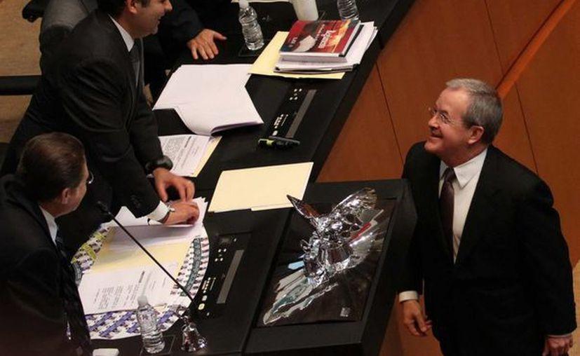 Monte Alejandro Rubido bromea con el presidente del Senado, Ernesto Cordero, tras rendir protesta. (Notimex)