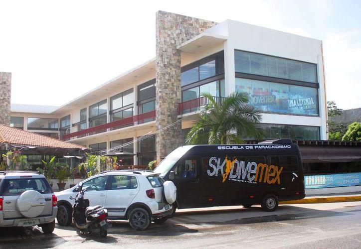 La empresa Sky DiveMex asegura tener todos los permisos actualizados para realizar saltos en paracaídas. (Daniel Pacheco/SIPSE)