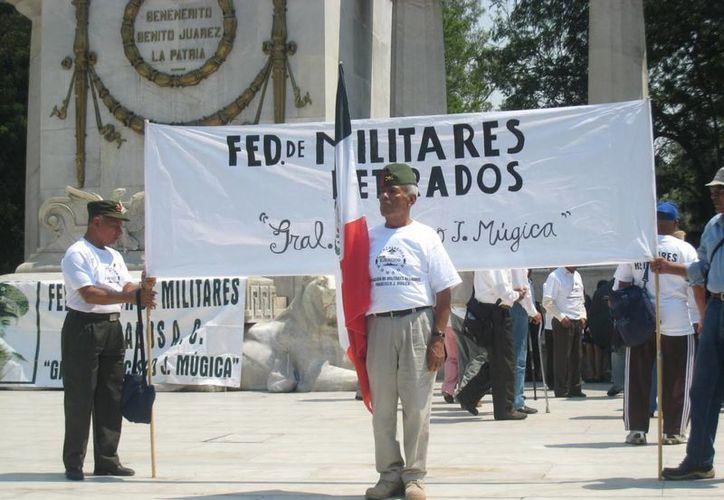 """Integrantes de la Federación de Militares Retirados """"Gral. Fco. J. Múgica"""", durante una manifestación en la Ciudad de México. (Foto: femirac.blogspot.mx)"""