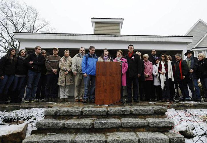 Más de la mitad de los familiares de las 26 víctimas de la masacre dijeron que planeaban encender un cirio el viernes por la noche en recuerdo de sus seres queridos. (Agencias)