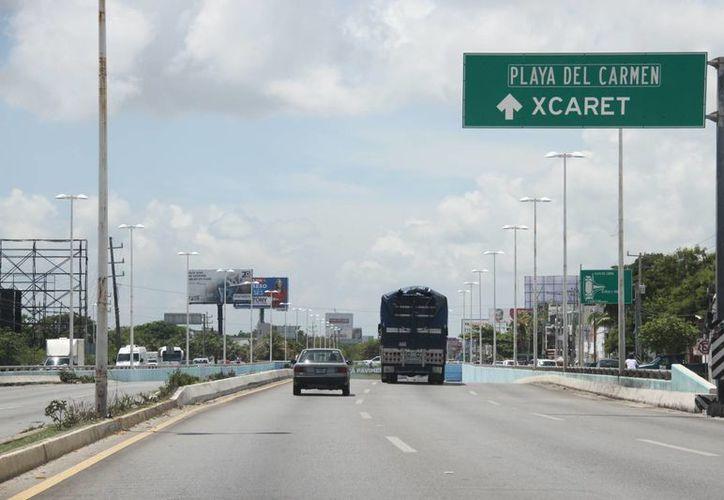 En la carretera federal Cancún - Playa del Carmen circulan cerca de dos mil vehículos por hora. (Consuelo Javier/SIPSE)