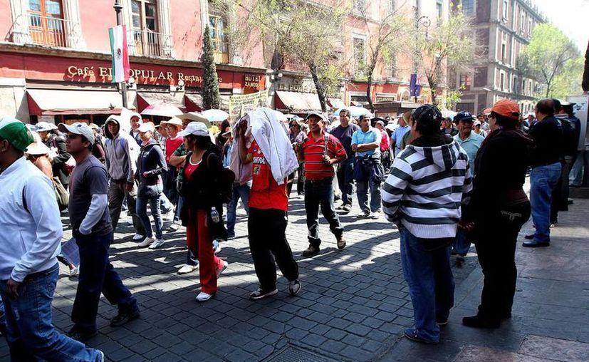 Maestros pertenecientes a la CNTE durante una marcha en el Zócalo capitalino a la resistencia oficial de Los Pinos. (Archivo/Notimex)