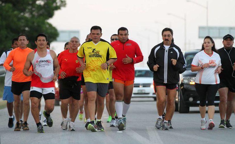El gobernador Rolando Zapata Bello participó ayer en una carrera. (SIPSE)