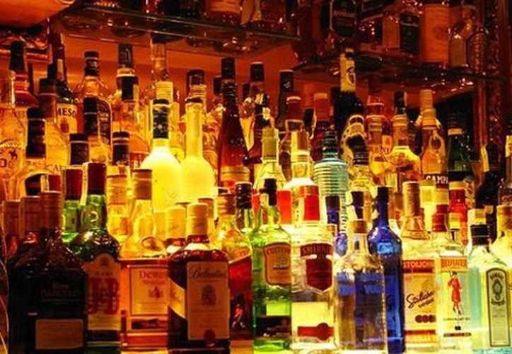 Además de pagar con más tiempo en la cárcel, los falsificadores o adulteradores de bebidas embriagantes deberán pagar fuertes multas. (Notimex/Foto de archivo)