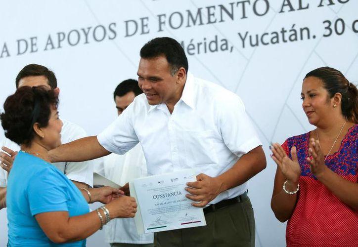 Imagen del gobernador Rolando Zapata Bello al hacer entrega de becas de capacitación. (Milenio Novedades)