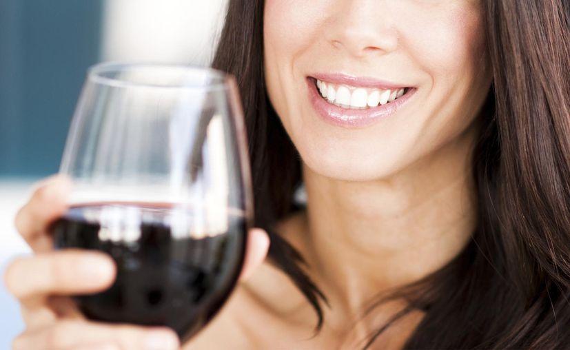 El vino tinto podrían ayudar en la lucha contra la caries dental y la enfermedad de las encías. (Foto: Contexto)