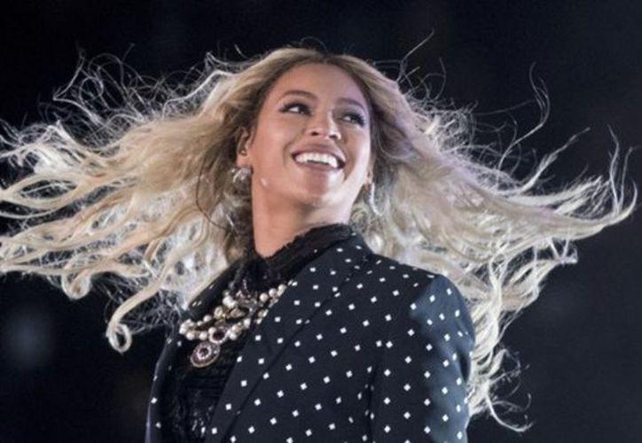 """En su interpretación de """"Forever Young"""", una enorme plataforma elevó a Beyoncé y Jay-Z varios metros sobre el público, sin lograr regresar a su lugar. (Vanguardia MX)"""