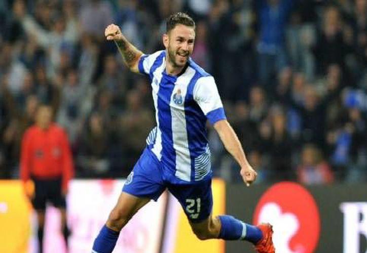 Miguel Layún con un 'zapatazo' desde fuera del área grande puso el 2-0 con el que el Porto venció al  Vitória Setúbal, del también mexicano Ulises Dávila. (Twitter: @FCPorto)