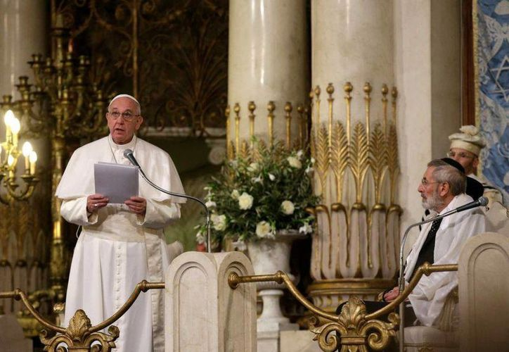 Imagen del Papa Francisco acompañado por el rabino Riccardo Di Segni, a la derecha, durante su visita a la Gran Sinagoga de Roma este domingo 17 de enero. Francisco realizó su primera visita a una sinagoga como Pontífice. (AP Photo/Alessandra Tarantino)