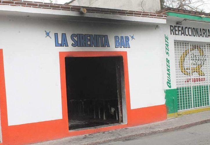 Los vecinos del bar 'La Sirenita' ayudaron a extinguir las llamas. (Excélsior)