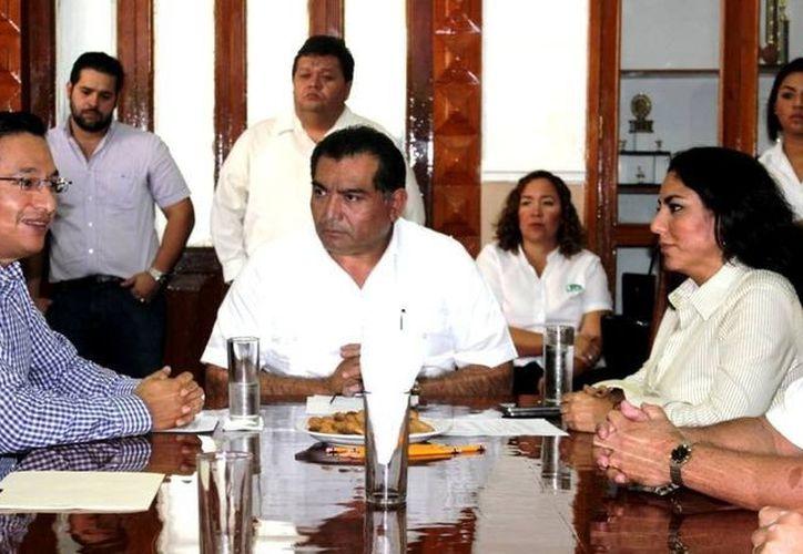 El secretario General de Gobierno, Víctor Caballero Durán, atestiguó el nombramiento de Ulises Carrillo como titular del Isstey. (SIPSE)