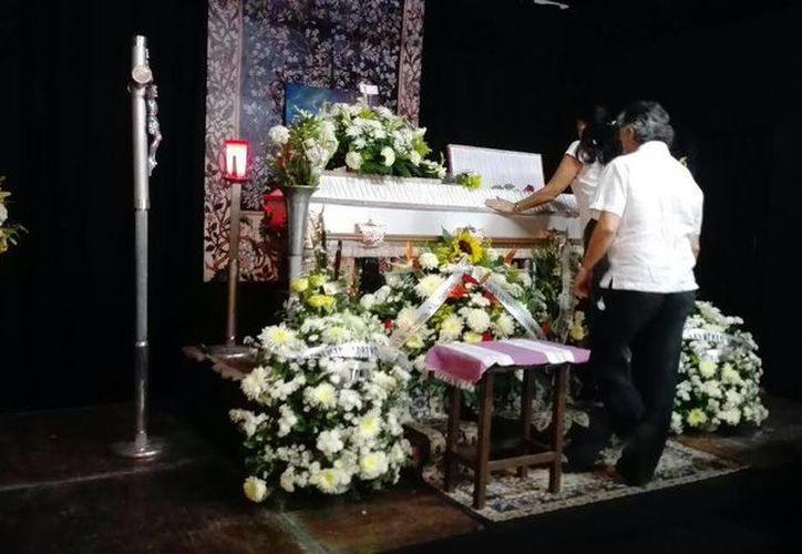 En el escenario del teatro Casa Tanicho fue depositado el féretro de Francisco Sobero Garavito. (SIPSE)