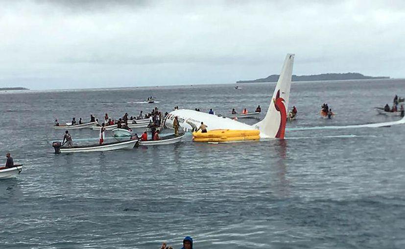Un Boeing 737 de Air Niugini cayó en una isla de Micronesia este viernes; todos los pasajeros y tripulantes fueron rescatados.  (AFP)