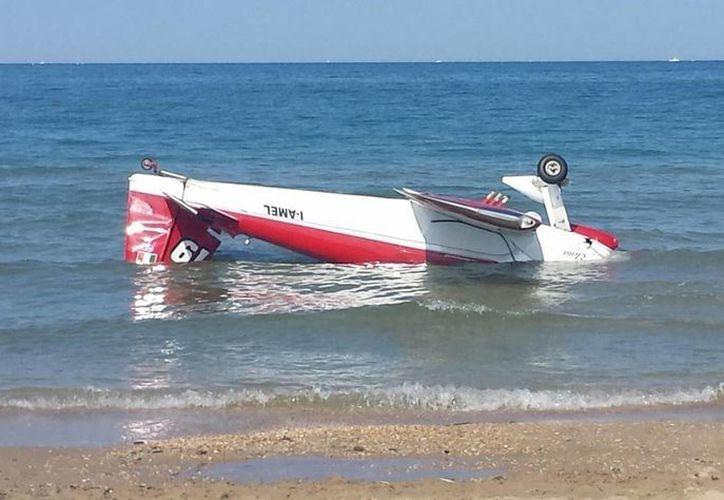 El piloto de una de las avionetas logró amarizar tras el choque, resultando con lesiones serias. (AP)