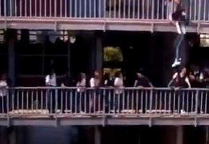Desde la planta baja se ve a los estudiantes a la expectativa de lo sucedido. (Video)