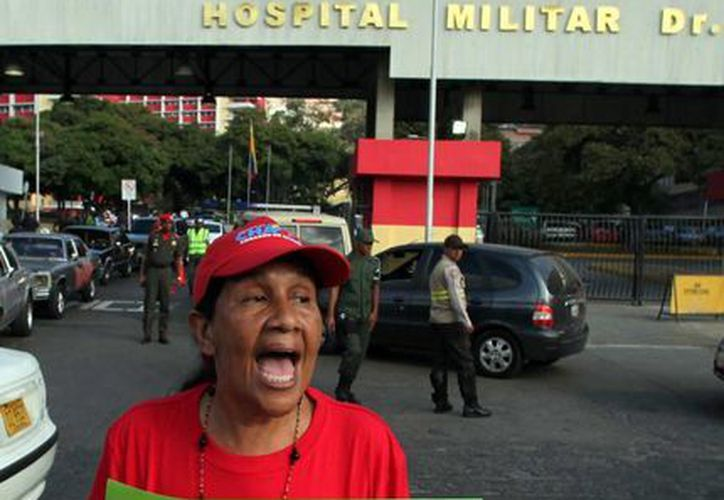 Una partidaria de Hugo Chávez festeja el regreso de mandatario a su patria. (Agencias)