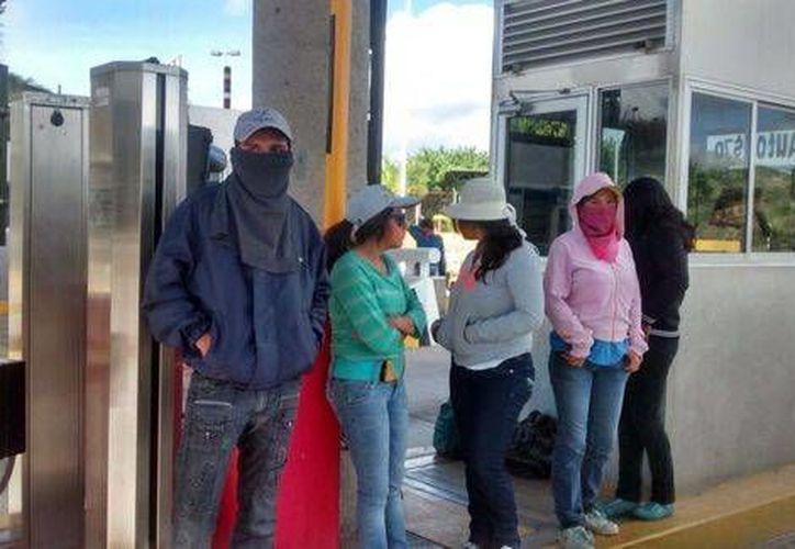 Algunos estudiantes que acudieron a manifestarse tenían el rostro cubierto. (Milenio)