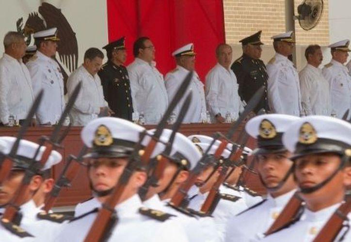 El presidente Felipe Calderón y el titular de la Armada encabezaron la ceremonia en la Escuela Naval de Antón Lizardo, Veracruz. (Milenio)