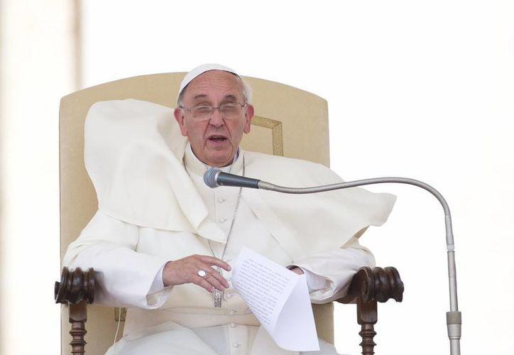 El papa Francisco habla en la Plaza de San Pedro del Vaticano en su audiencia general semanal. (Agencias)