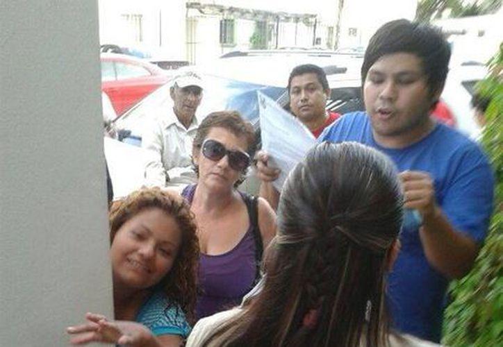 Representantes del PAN dialogando con una funcionaria de casilla. (Licety Díaz/SIPSE)