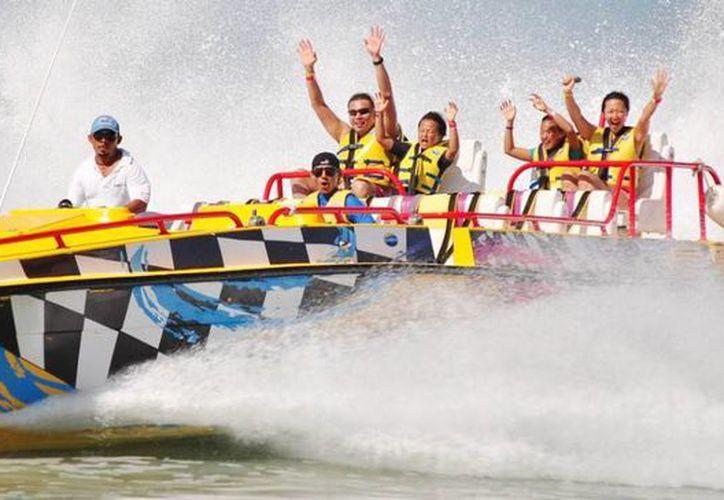 El Aquatwister consiste en un paseo a gran velocidad en una embarcación que frena de golpe. (AquaWorld)