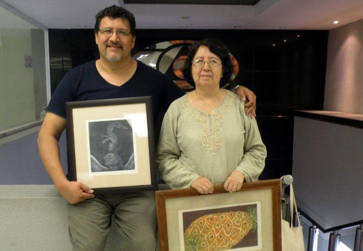 La exposición se mantendrá por dos meses en el país caribeño, esperando tener buena respuesta del público. En la foto, Jose Luis Rumbo y la grabadora Teresa Vázquez. (Milenio Novedades)