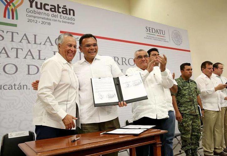 El Gobernador Rolando Zapata y el titular de la Sedatu, William Sosa Altamira, durante la firma de un convenio en el marco de la instalación del Consejo Estatal de Desarrollo Agrario. (Foto cortesía del Gobierno de Yucatán)
