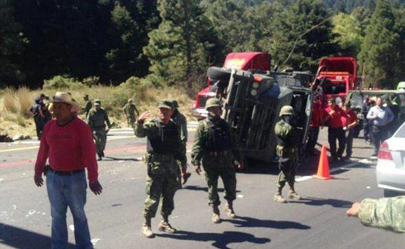 Así quedó la unidad militar tras volcar en en una zona de curvas. (Imagen: @NTelevisa_com)