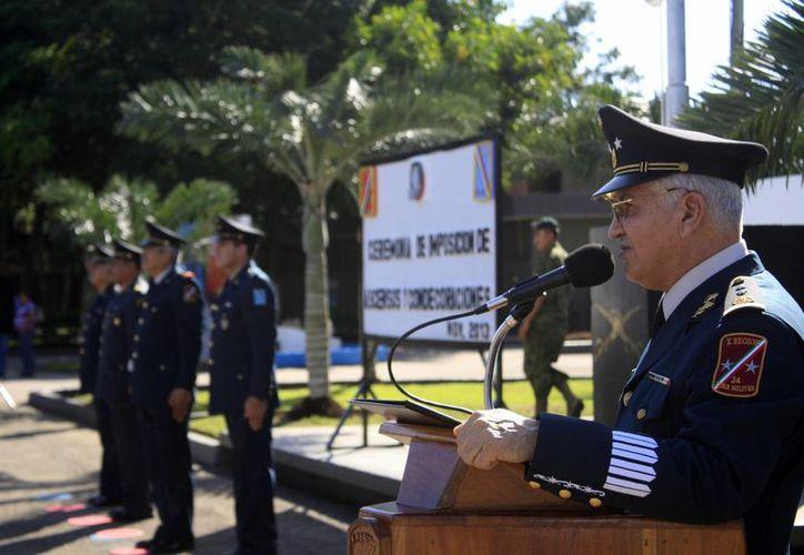 El comandante de la XXXIV Zona Militar encabezó una ceremonia de ascensos y condecoraciones a jefes, oficiales y clases. (Harold Alcocer/SIPSE)