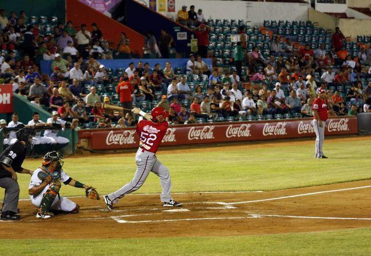 Con la casa llena, el pirata Eliseo Aldazaba le dio a la pelota en las meras narices para un jonrón plenario. Campeche apaleó 9x0 a Yucatán. (Christian Ayala/SIPSE)