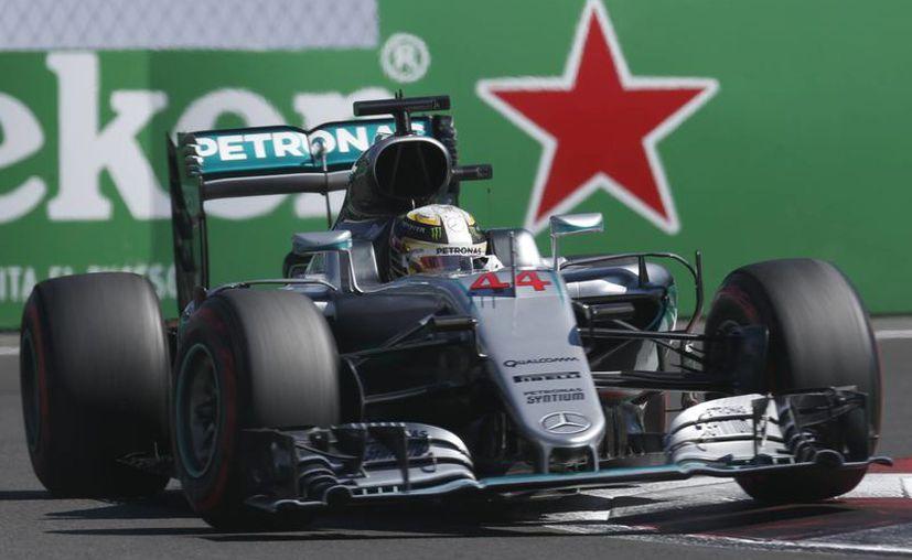 Lewis Hamilton saldrá en la primera posición en la carrera que se celebrará mañana, a las 13:00 horas de México.(Moises Castillo/AP)