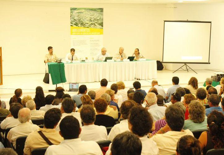 En el auditorio de la Universidad del Caribe participaron  asociaciones ambientalistas, civiles, empresarios, expertos en temas de economía, entre otros. (Jesús Tijerina/SIPSE)