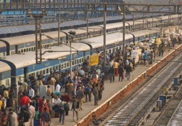 Las estaciones de trenes de la India conglomeran a miles de personas (Agencias)