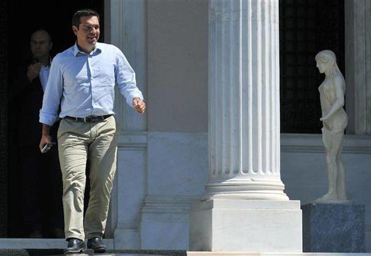 El primer ministro griego, Alexis Tsipras, parte de su oficina en Atenas, este jueves. (Giannis Kotsiaris/ InTime News vía AP) GREECE OUT