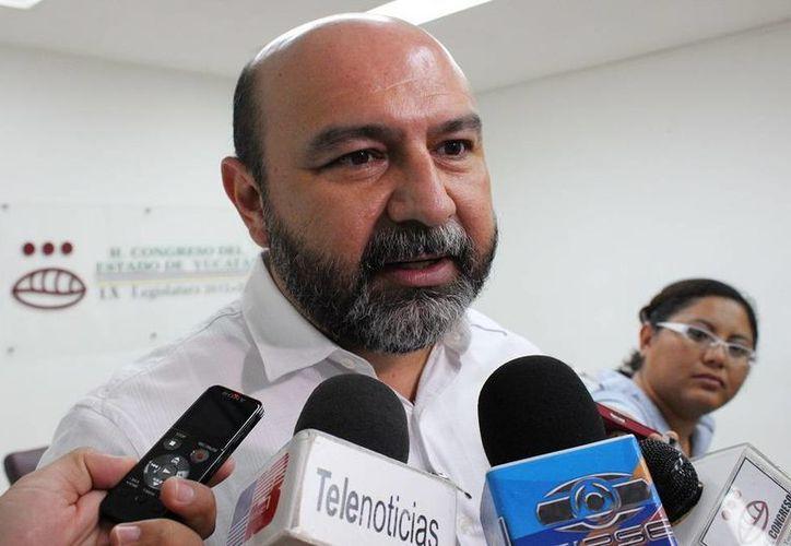 El diputado Luis Hevia Jiménez explica los alcances de la iniciativa sobre la ley de seguridad social de los trabajadores al servicio del Estado. (Cortesía)